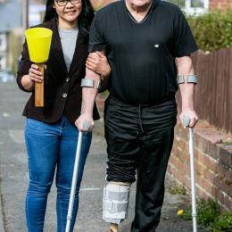 Mulher faz perna artificial para o marido a partir de itens encontrados no galpão