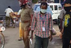 Policial usa capacete em formato coronavírus para alertar indianos nas ruas