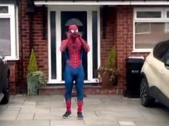 Atleta se fantasia de homem-aranha e anima crianças