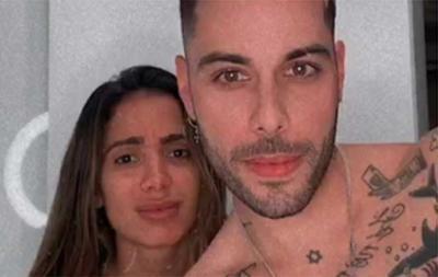 Anitta aparece de fio-dental e ganha mão boba do namorado
