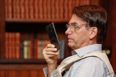 Nota de Heleno não é um blefe e Bolsonaro está disposto a não entregar seu celular, diz colunista