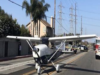 Um pequeno avião faz pouso de emergência em movimentada rua de Los Angeles