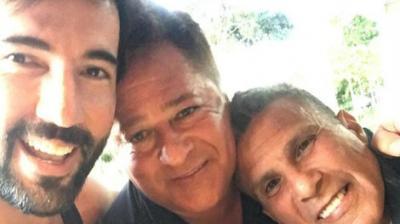 Sandro Pedroso posa com o ex-sogro, Leonardo, após separação de Jéssica Costa