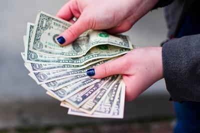 Dólar tem queda nesta segunda, mas tem aumento de 1,6% no mês de junho