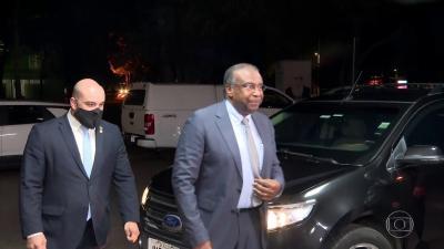 Bolsonaro vê 'inadequações' em currículo, mas diz que Decotelli tem 'capacidade' para ser ministro