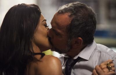 Germano e Carolina se beijam e planejam noite quente