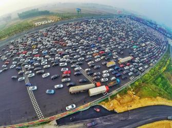 Trânsitos lotados em diferentes países