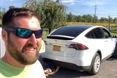 Motorista cria 'bateria externa' para Model X e pode ser processado