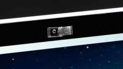 Apple alerta: fechar notebook com cobertura na webcam pode danificar o aparelho