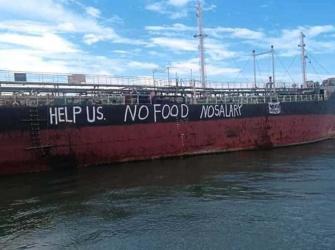 Abandonada pelos proprietários, tripulação coloca pedido de ajuda no casco do navio