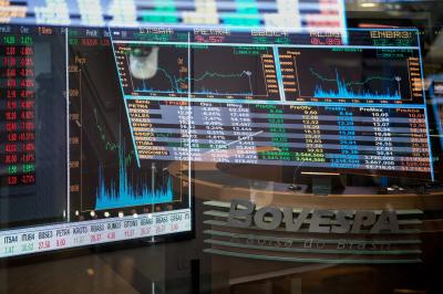Bolsa cai 2% nesta sexta, mas tem quarto mês seguido de forte alta