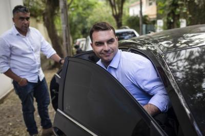 Flávio Bolsonaro diz que PM pagou boleto para ele porque não tinha aplicativo no celular