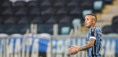 """Everton ergue taça, chora e já fala como ex-Grêmio: """"Dever cumprido"""""""