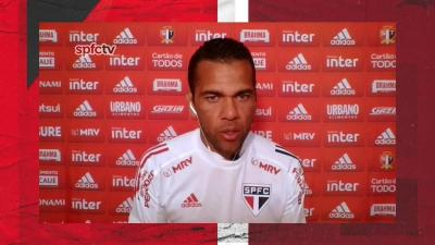 """Daniel Alves contesta ano sem títulos no São Paulo: """"Ainda não acabou a temporada. Calma"""""""