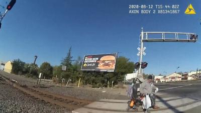 Policial salva cadeirante de atropelamento de trem na Califórnia; veja VÍDEO