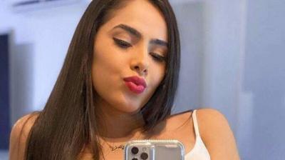 """De mãozinha no queixo, Juliana Caetano abre as pernas com look ousado: """"Ela não para!"""""""