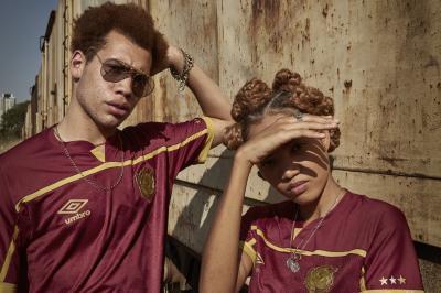 Sport lança novo uniforme com primeiro escudo do clube e surpreende na cor; veja as fotos