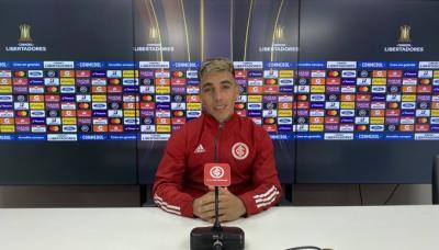 """Renzo Saravia fala sobre renovação: """"Me encantaria muito ficar no Inter"""""""