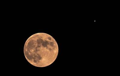 Lua e Júpiter surgem juntos no céu nesta sexta; saiba como observar