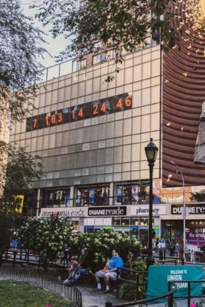Relógio do Clima em Nova York exibe contagem regressiva para colapso mundial