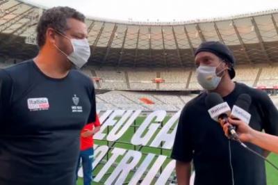 Ronaldinho ouve narração ao vivo do 'Caixa' e se declara para atleticanos: 'Vocês moram no meu coração'