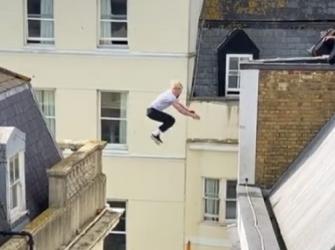 Homem viraliza após pular sem proteção entre prédios de cinco andares