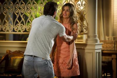 Ester bate em Cassiano e o expulsa da mansão