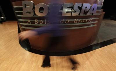 Ibovespa ignora altas em NY e recua com cautela diante do cenário doméstico