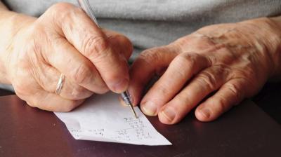 Confusão mental é sintoma comum da Covid-19 em idosos, diz estudo