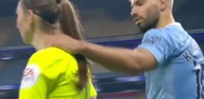 Aguero se irrita após marcação de lateral e segura bandeirinha pelo ombro