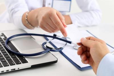 Funcionários denunciam corte de plano de saúde de rede de lojas