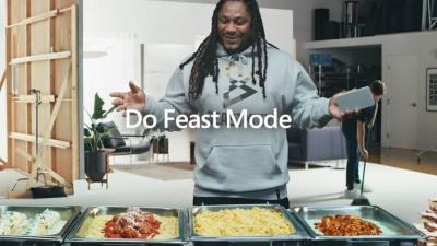 Microsoft escala astro da NFL para promover o Surface Duo; veja como ficou