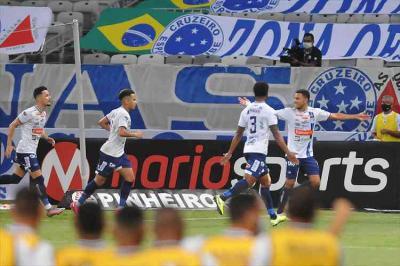 Cruzeiro erra muito, perde para o Confiança e vê invencibilidade cair na Série B
