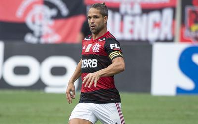 Com dor muscular, Diego não participa de treino do Flamengo e será reavaliado neste sábado
