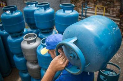 Revendedores dizem que botijão de gás pode chegar a R$ 200 em 2021